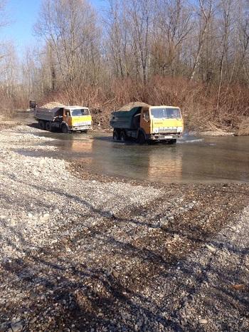 Рибпатрульними області виявлено факт проведення господарських робіт із забору піщано-гравійної суміші та переїзд автотранспортом притоки русла